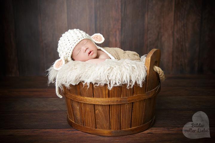 Professionelle Neugeborenenfotografie mit Requisiten