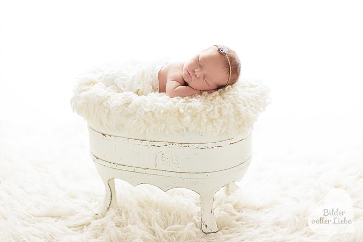 babyfotoshooting-berlin-fotosvombaby-babyshooting-wiege-bettchen-bilder-voller-liebe