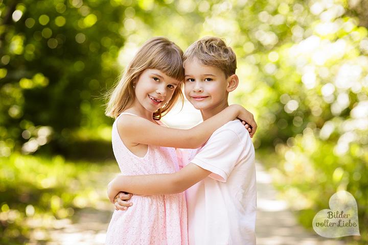 besondere-kinderfotos-berlin-kinderfotografie-geschwisterbilder-geschwister-fotoshooting-bilder-voller-liebe