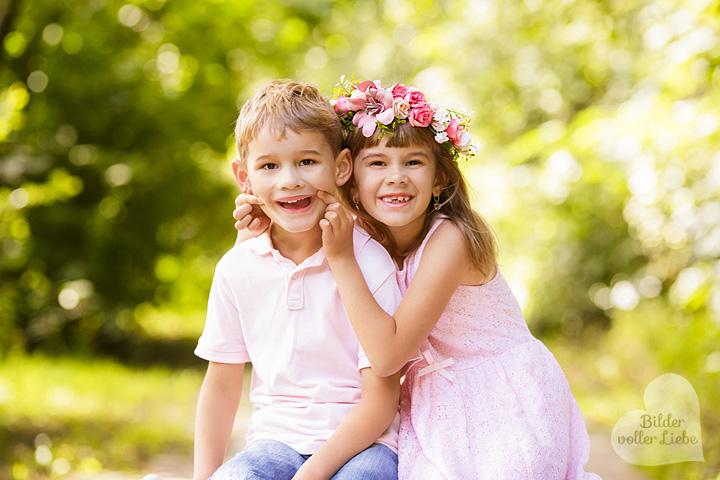 geschwisterbilder-berlin-potsdam-geschwisterfotos-zwillinge-outdoor-fotoshooting-kinderfotografie